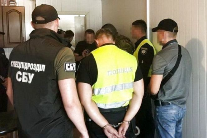 Затримані на хабарі хмельницькі патрульні можуть вийти із СІЗО за 110 тисяч гривень