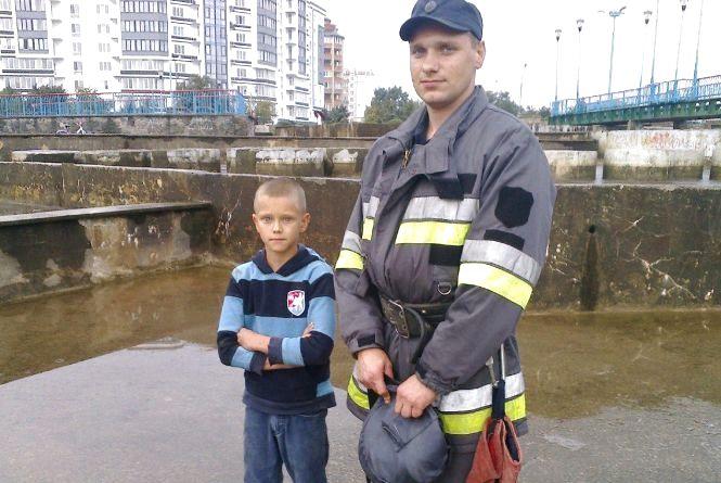 Дитина впала у фонтан в Нетішині. Хлопця діставали рятувальники
