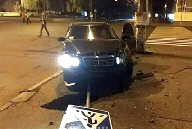 """Нічна ДТП біля ЦУМу: """"Mercedes"""" на єврономерах влетів у """"ВАЗ"""" (ВІДЕО)"""
