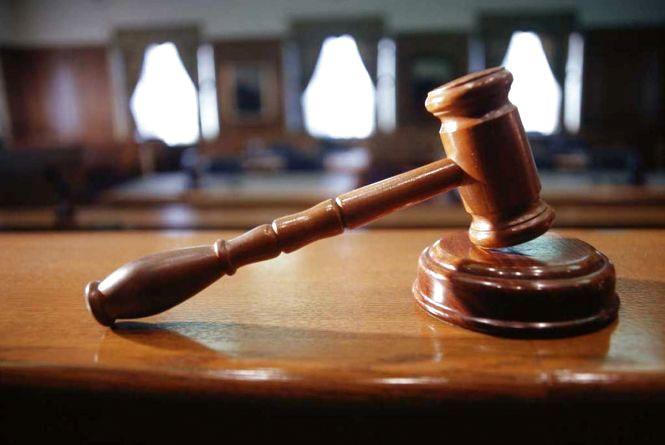 Побили та зв'язали матір з дитиною: у Красилові судили розбійника, який обікрав будинок підприємців
