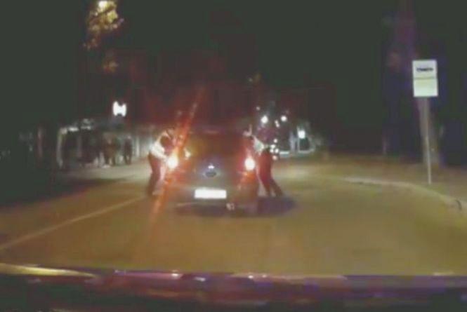 """Нічна погоня: жінка на """"Mitsubishi Colt"""" тікала від хмельницьких патрульних (ВІДЕО)"""