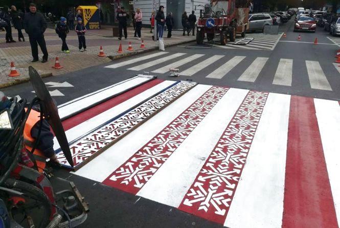 """Фото дня: в центрі Хмельницького намалювали вишиванкову """"зебру"""""""