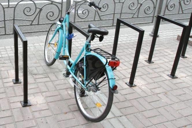 Біля кожного парку та магазину: хмельничанин Роман просить встановити більше велопарковок у місті