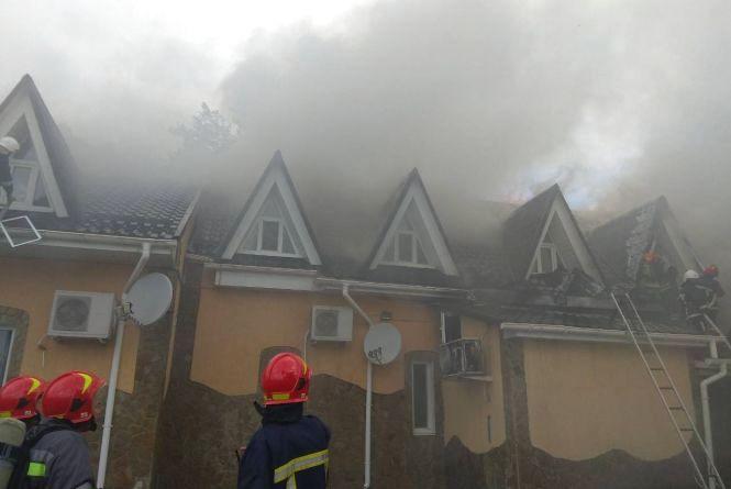 20 пожежників на 6 машинах гасили кафе у Славутському районі