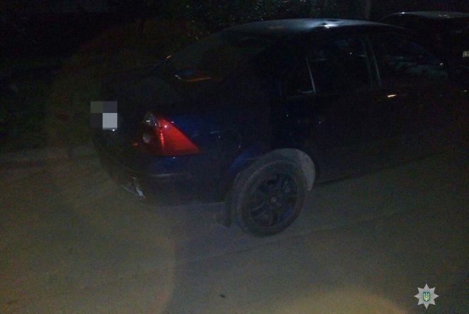 У Хмельницькому розшукують водія сірого автомобіля, який втік з місця ДТП