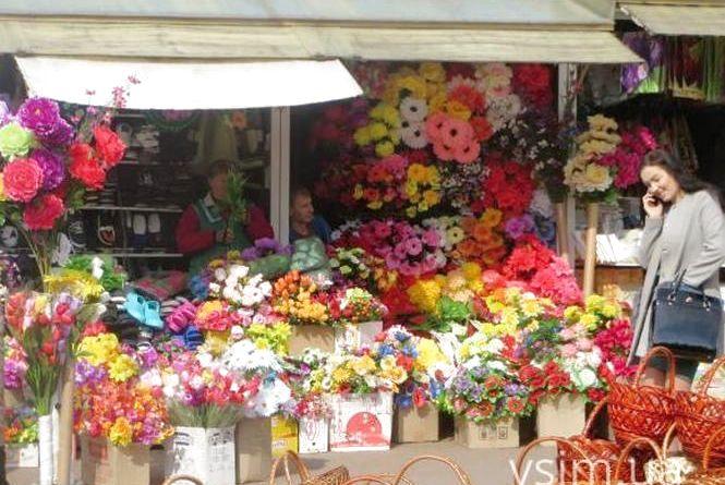 Хмельницька міська рада виступила проти штучних квітів. А ви?