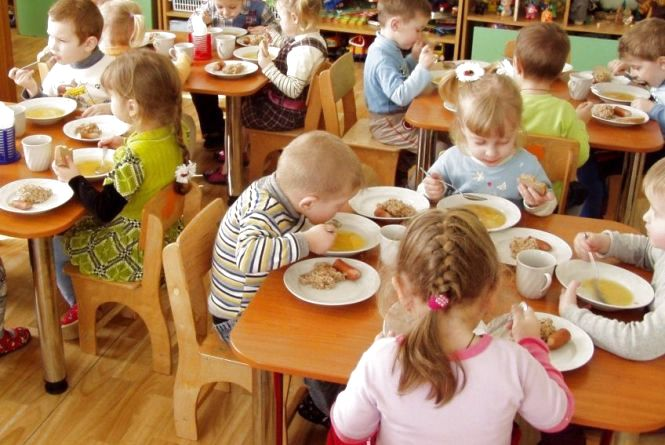 Спалах сальмонельозу у Нетішині: стало відомо, чим отруїлися малюки у дитячому садочку