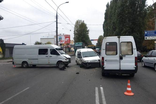 """Зіткнення """"лоб у лоб"""": одразу три автомобілі потрапили у ДТП на Кам'янецькій"""