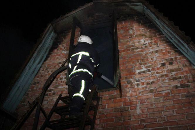 12 рятувальників гасили пожежу в будинку на Київській
