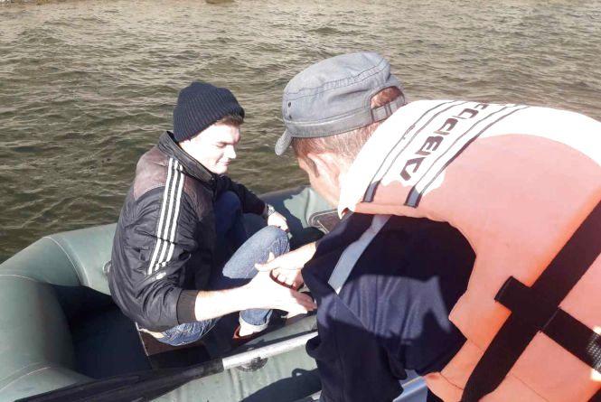 """Човен """"підкачав"""": на Дністрі врятували рибалку"""