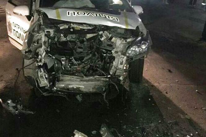 Нічна погоня за п'яним водієм у Хмельницькому: «BMW» на єврономерах влетіло у поліцейський «Prius» (ФОТО)