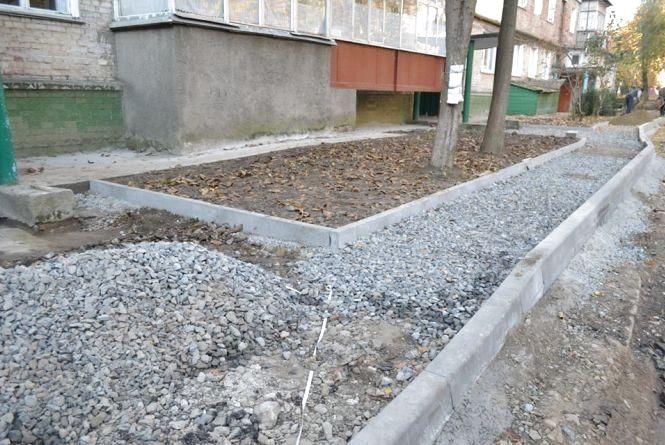 На проспекті Миру за 1,3 мільйона гривень ремонтують двір