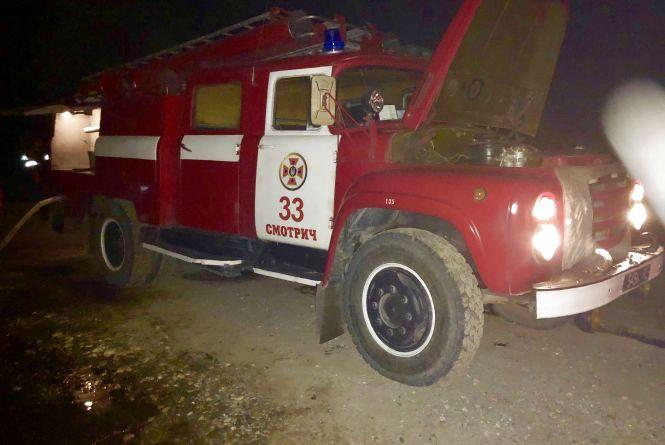 Вночі дві бригади рятівників гасили пожежу у Чемеровецькому районі