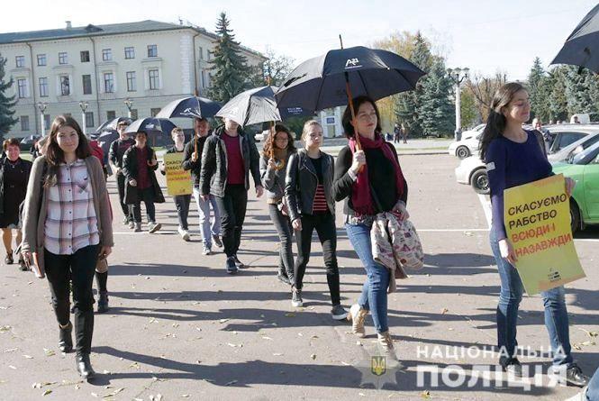 Вулицями Хмельницького пройшла мовчазна хода проти рабства