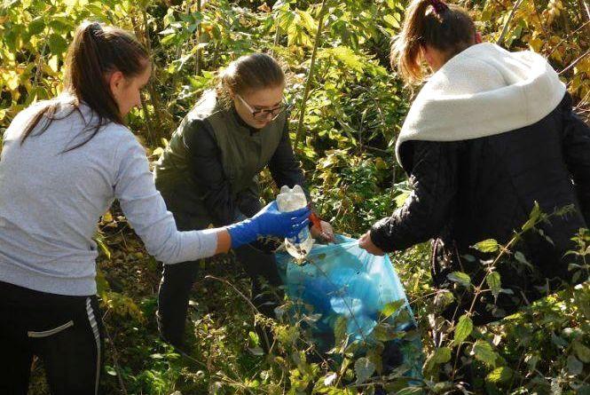 """""""Ніби розбирали хатинку бомжа"""": як хмельницькі студенти прибирали сміття біля залізниці"""
