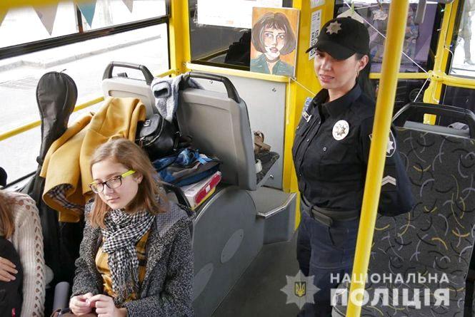 Патрульні з підлітками влаштували вечірку у хмельницькому тролейбусі