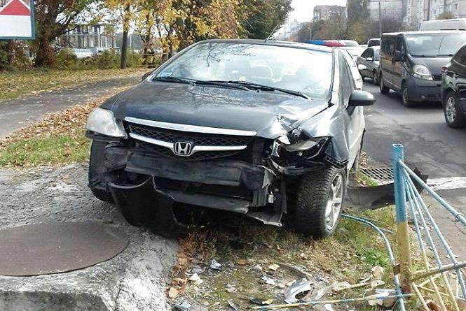 """У Хмельницькому """"Honda"""" на """"єврономерах"""" влетіла у металевий паркан"""