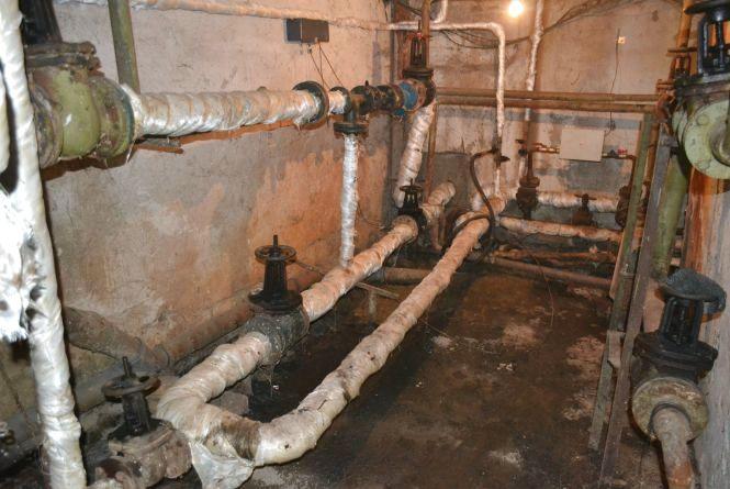 «Може й холера завестись»: мешканці будинку на Старокостянтинівському шосе про затоплення підвалу