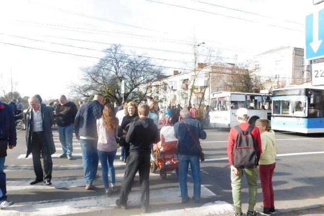 Кам'янецька потонула в заторах: хмельничани перекрили дорогу через забудовника