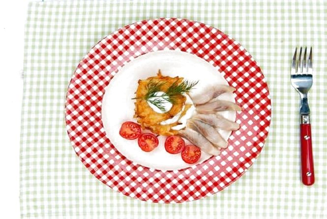 Смачний сніданок: готуємо деруни з айвою та оселедцем