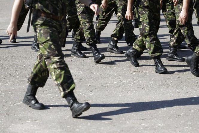 На Хмельниччині біля військової частини затримали підозрілого чоловіка без документів
