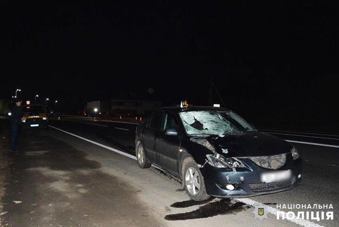 """Біля Хмельницького """"Mazda"""" збила 51-річного чоловіка. Він помер на дорозі"""