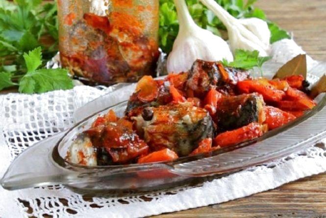 Смачний сніданок: готуємо скумбрію тушковану в томаті