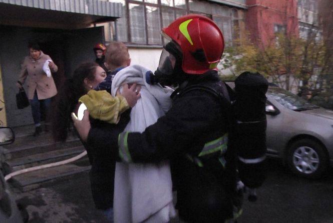 Горіла квартира на Зарічанській. Пожежники врятували 6 мешканців