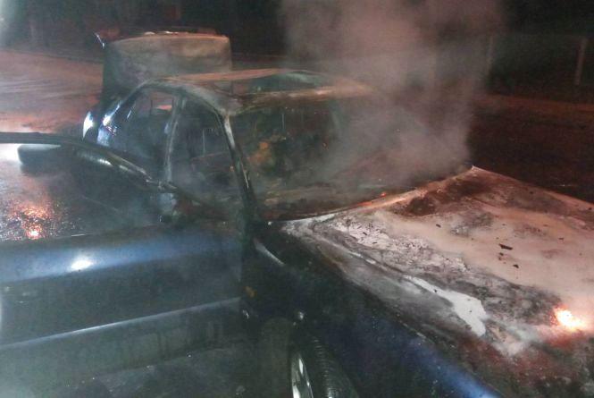 У Шепетівці посеред вулиці згорів автомобіль