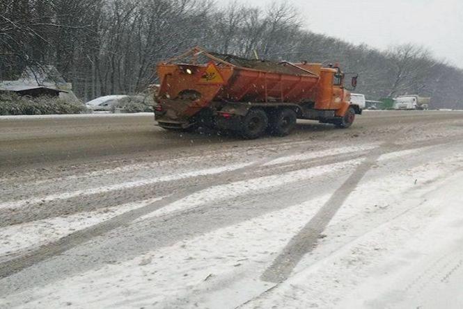 На Хмельниччині засніжило: дорожники уже висипали 50 тонн піску на автошляхи