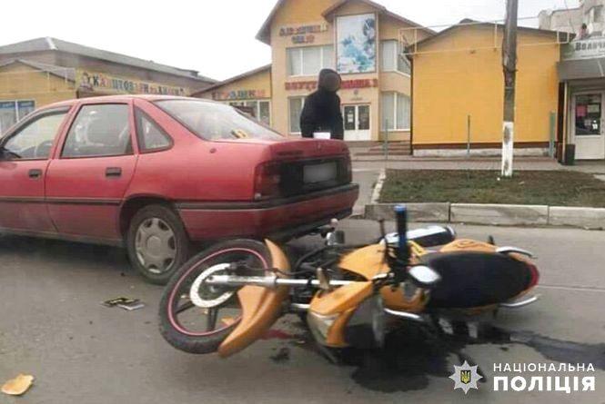 """У Старокостянтинові мотоцикл протаранив """"Opel"""": постраждав 25-річний хлопець"""