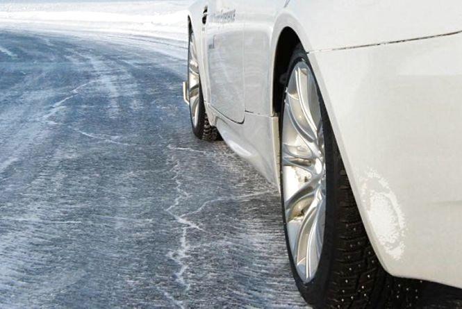 Уникайте маневрів та тримайте дистанцію: через негоду хмельничан просять бути уважними на дорозі