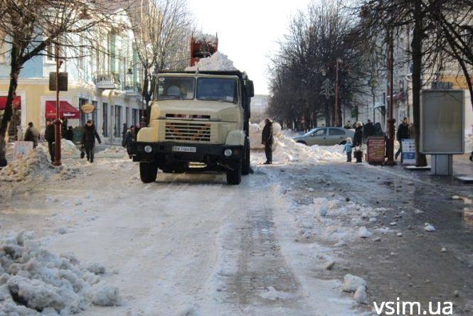Хмельничан просять не залишати автомобілі там, де працює снігоприбиральна техніка