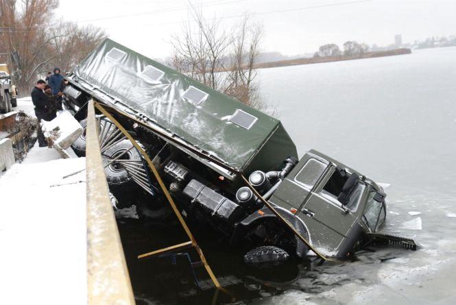 У Старокостянтинові з мосту злетіла вантажівка: є постраждалі