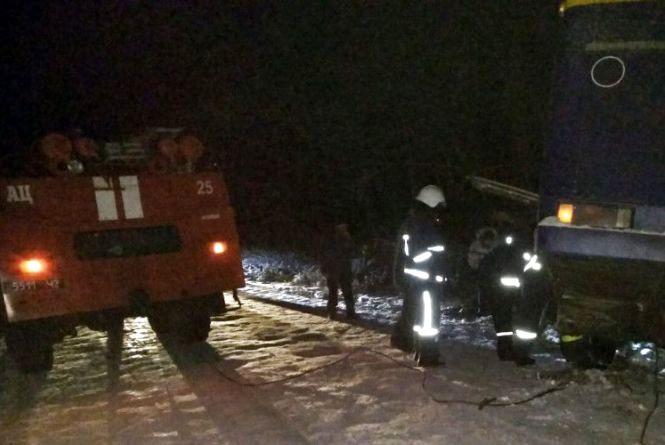 На Хмельниччині рейсовий автобус з десятком пасажирів злетів у кювет