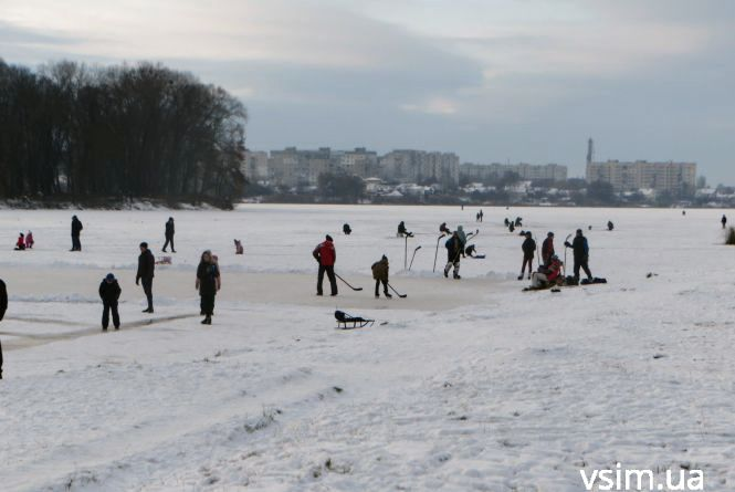 Риболовля, ковзани та хокей: хмельничани розважаються на Південному Бузі (ФОТО, ВІДЕО)