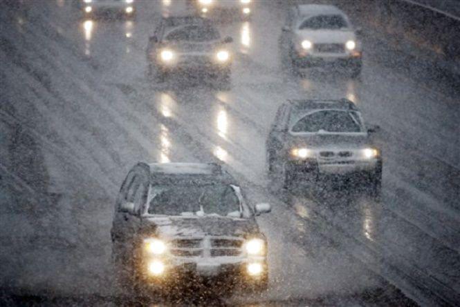 Сніг, дощ та ще й туман: через погіршення погоди хмельничан просять бути обережними на дорозі