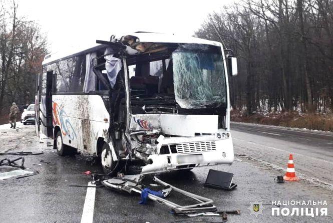 Біля Хмельницького рейсовий автобус влетів у вантажівку: є постраждалі (ОНОВЛЕНО)