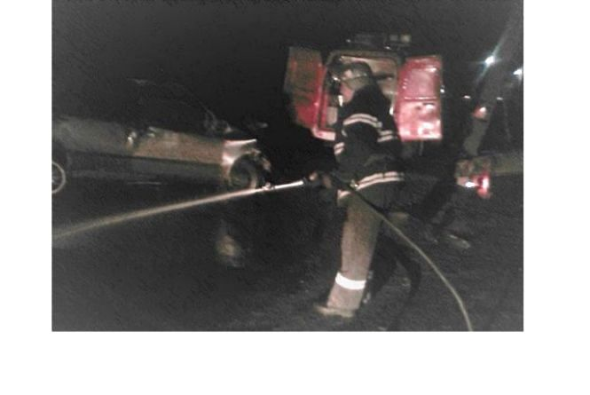 """У Шепетівці """"Citroen"""" влетів у вантажівку: пасажира з авто діставали рятівники"""