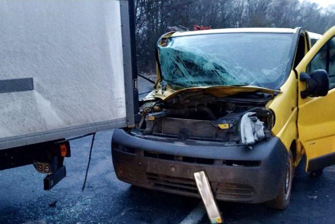 """Біля Красилова """"Opel"""" на швидкості влетів у """"КамАЗ"""": є постраждалі"""