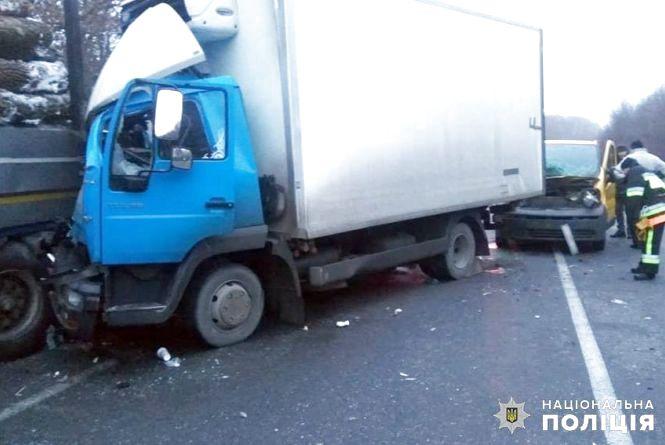 Двоє людей потрапили до лікарні внаслідок подвійної ДТП у Красилівському районі