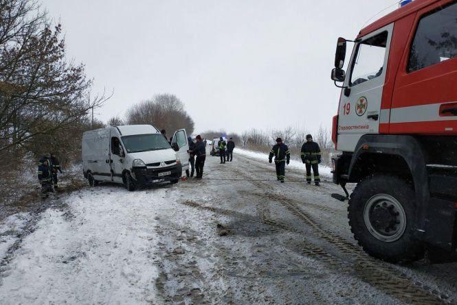 """Перекинутий """"Renault"""" та """"Mercedes"""" в заметі: наслідки снігопаду на Хмельниччині"""