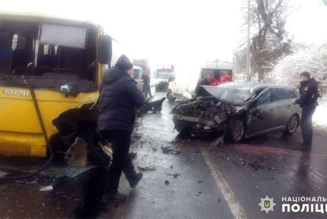 """Рейсовий автобус """"Вінниця-Хмельницький"""" зіткнувся з """"Toyota"""". Одна жінка в реанімації"""