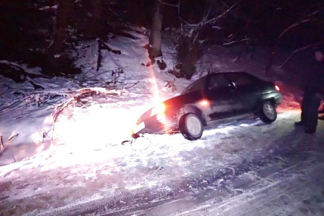 """В Хмельницькому районі в кювет знесло """"Славуту"""": в машині було двоє дітей"""