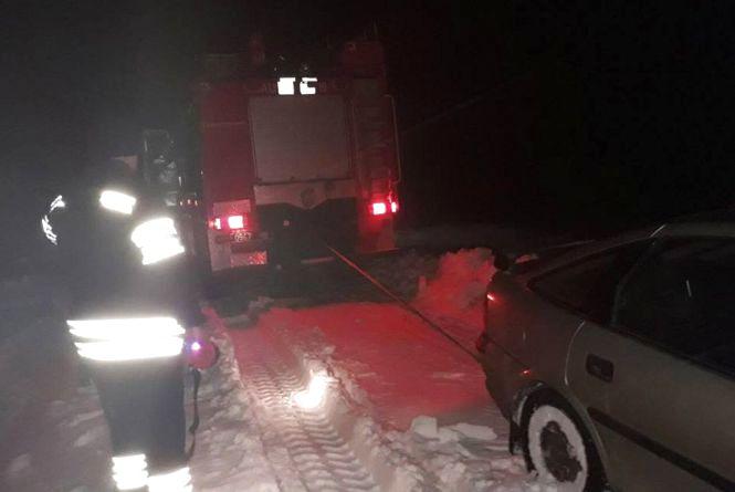 Сніговий полон: на Хмельниччині в заметах застрягли п'ять автомобілів з десятком пасажирів