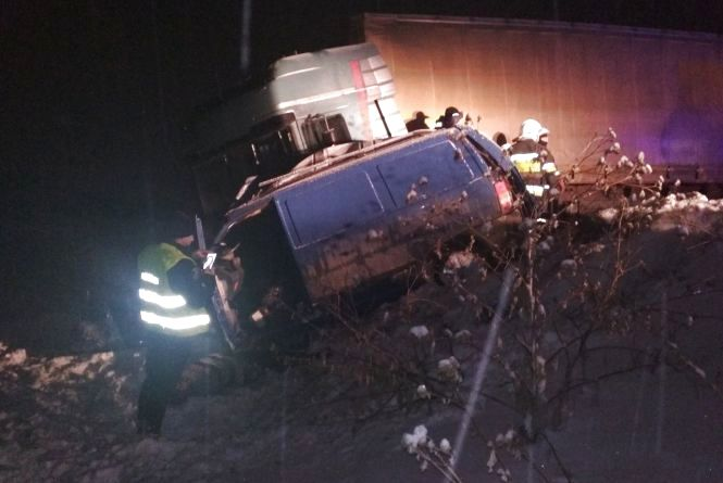 Смертельне зіткнення буса і вантажівки: у ДТП біля Кам'янця загинули двоє людей