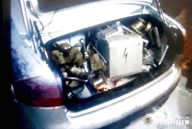 Під кайфом та з повним авто накраденого добра: на Хмельниччині затримали гаражних злодіїв