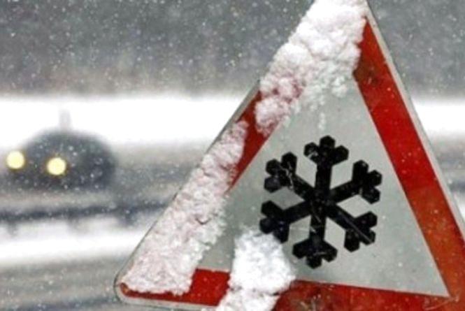Ожеледиця та сніг на Хмельниччині: яка ситуація на дорогах області