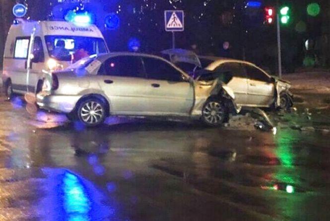 """У Хмельницькому зіткнулися """"Chevrolet"""" і """"Lanos"""": постраждав 18-річний водій"""