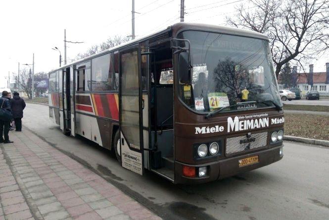 Дружина загиблого військового заявила, що її принизив водій 21-го автобуса. Перевізник назвав жінку хворою